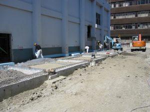 ホワイエ棟の基礎工事が完了し、埋め戻しを行っております。